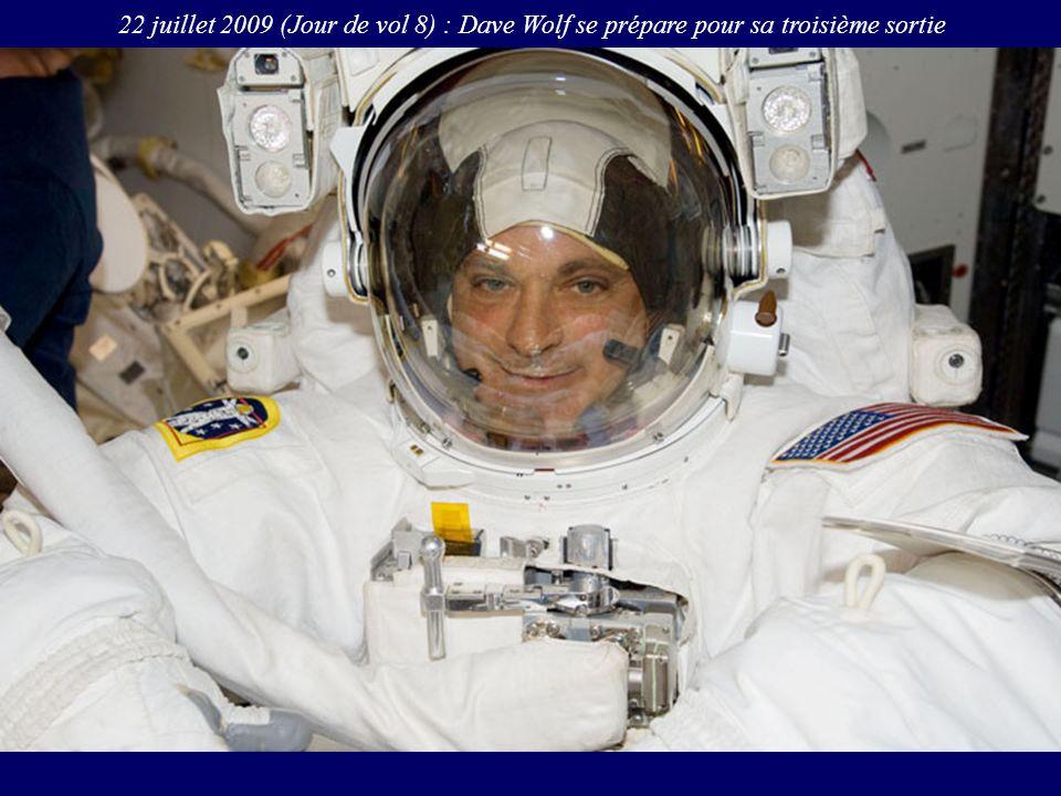 22 juillet 2009 (Jour de vol 8) : Dave Wolf se prépare pour sa troisième sortie
