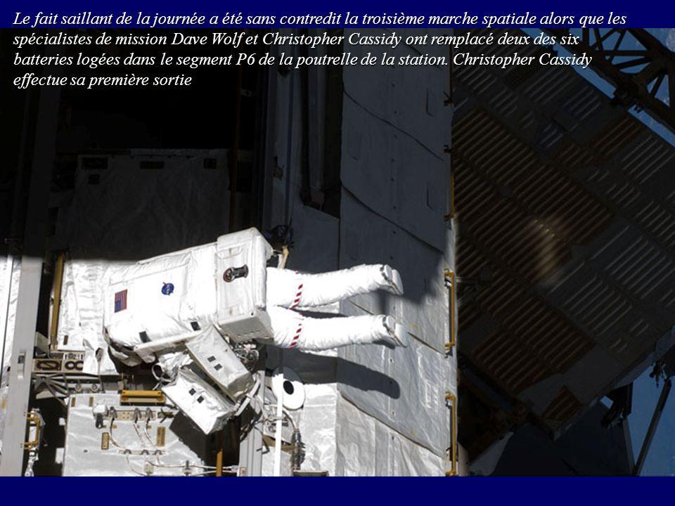 Le fait saillant de la journée a été sans contredit la troisième marche spatiale alors que les spécialistes de mission Dave Wolf et Christopher Cassid