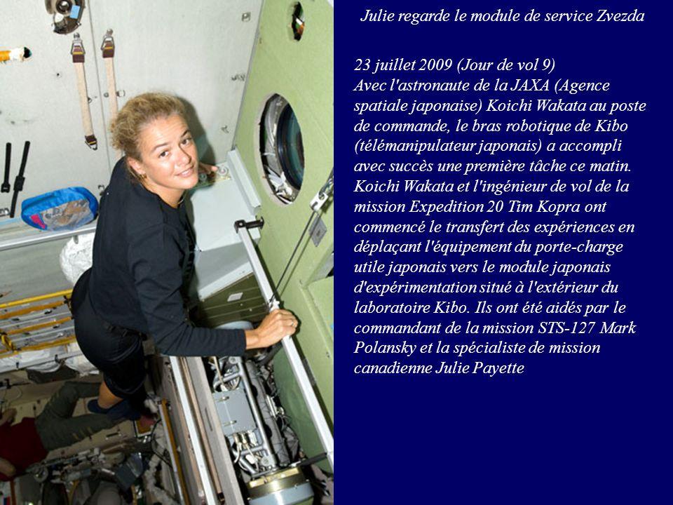 Julie regarde le module de service Zvezda 23 juillet 2009 (Jour de vol 9) Avec l'astronaute de la JAXA (Agence spatiale japonaise) Koichi Wakata au po