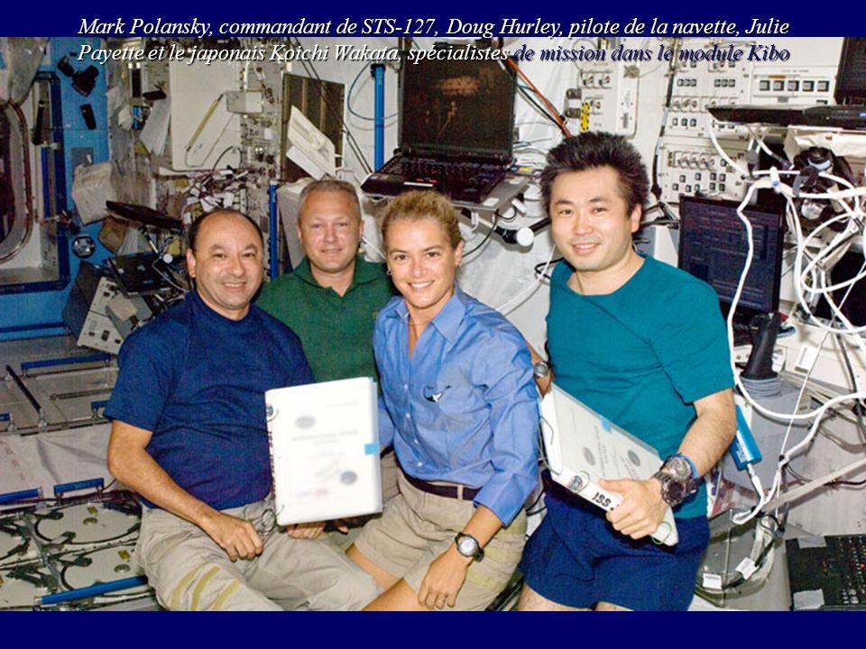 Mark Polansky, commandant de STS-127, Doug Hurley, pilote de la navette, Julie Payette et le japonais Koichi Wakata, spécialistes de mission dans le m