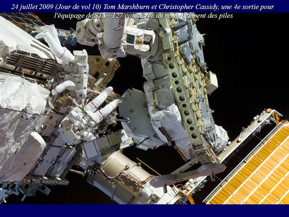 24 juillet 2009 (Jour de vol 10) Tom Marshburn et Christopher Cassidy, une 4e sortie pour l'équipage de STS127 consacrée au remplacement des piles