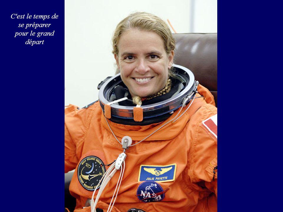 Doug Hurley, le pilote d Endeavour, assiste ses compagnons depuis le laboratoire américain Destiny en compagnie de Julie Payette