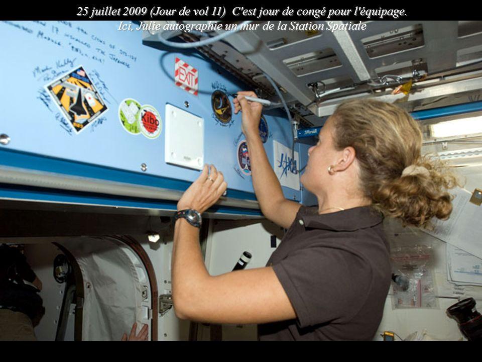 25 juillet 2009 (Jour de vol 11) C'est jour de congé pour l'équipage. Ici, Julie autographie un mur de la Station Spatiale