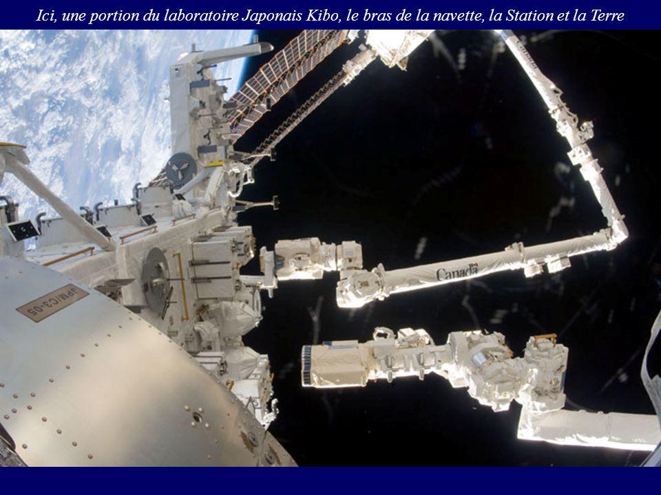 Ici, une portion du laboratoire Japonais Kibo, le bras de la navette, la Station et la Terre