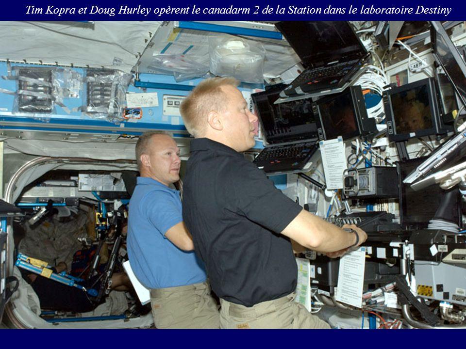 Tim Kopra et Doug Hurley opèrent le canadarm 2 de la Station dans le laboratoire Destiny