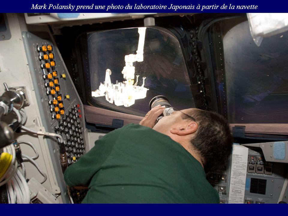 Mark Polansky prend une photo du laboratoire Japonais à partir de la navette