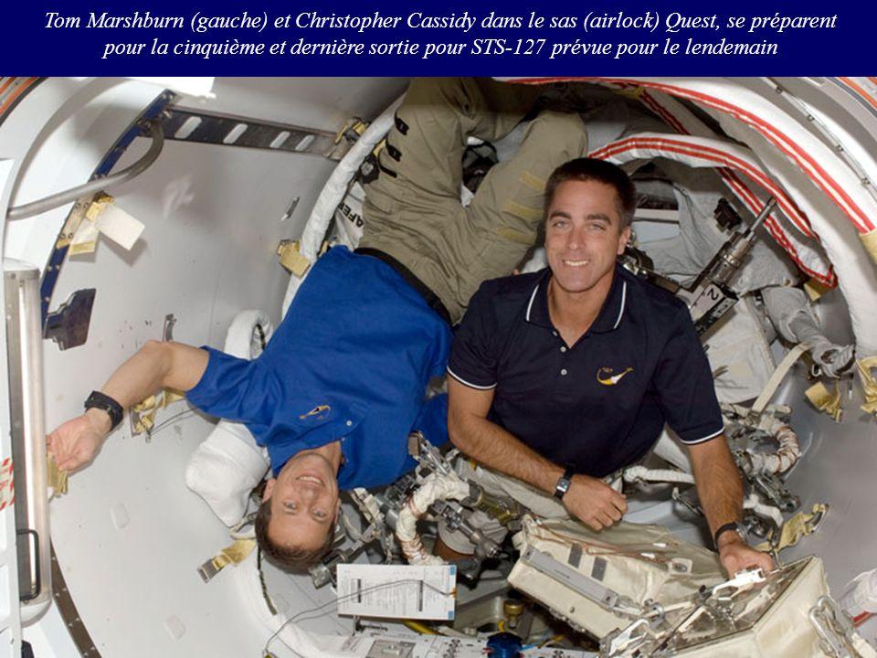 Tom Marshburn (gauche) et Christopher Cassidy dans le sas (airlock) Quest, se préparent pour la cinquième et dernière sortie pour STS-127 prévue pour