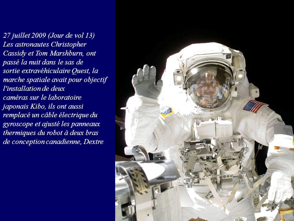27 juillet 2009 (Jour de vol 13) Les astronautes Christopher Cassidy et Tom Marshburn, ont passé la nuit dans le sas de sortie extravéhiculaire Quest,