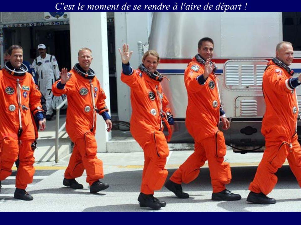 Tom Marshburn (gauche) et Christopher Cassidy dans le sas (airlock) Quest, se préparent pour la cinquième et dernière sortie pour STS-127 prévue pour le lendemain