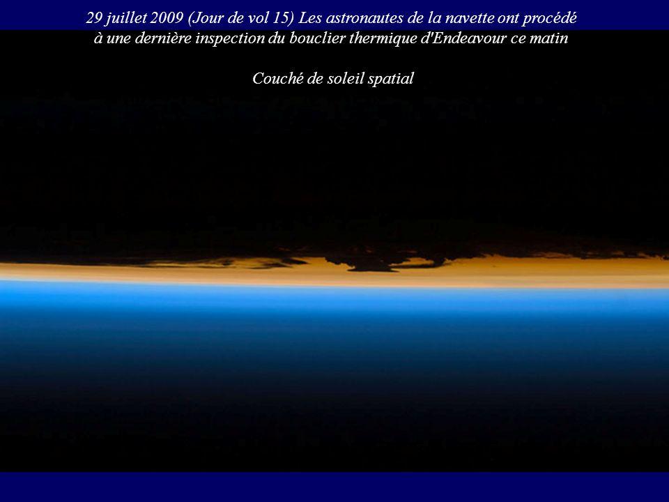 29 juillet 2009 (Jour de vol 15) Les astronautes de la navette ont procédé à une dernière inspection du bouclier thermique d'Endeavour ce matin Couché