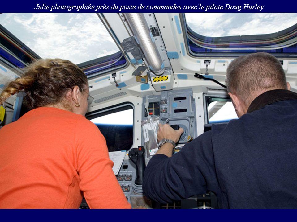 Julie photographiée près du poste de commandes avec le pilote Doug Hurley