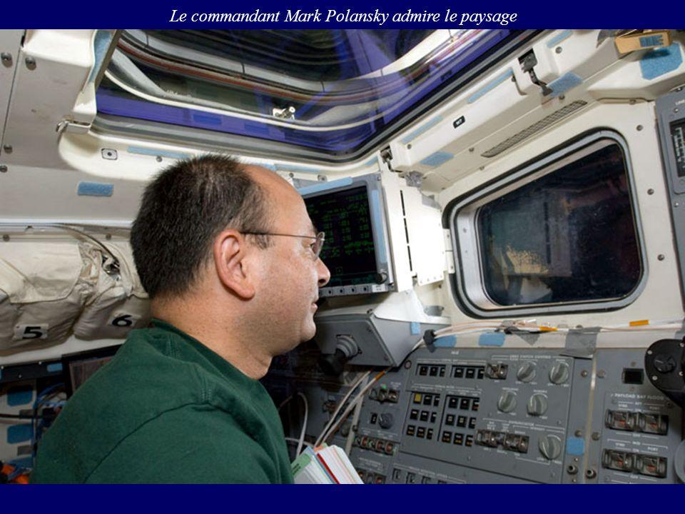 Le commandant Mark Polansky admire le paysage