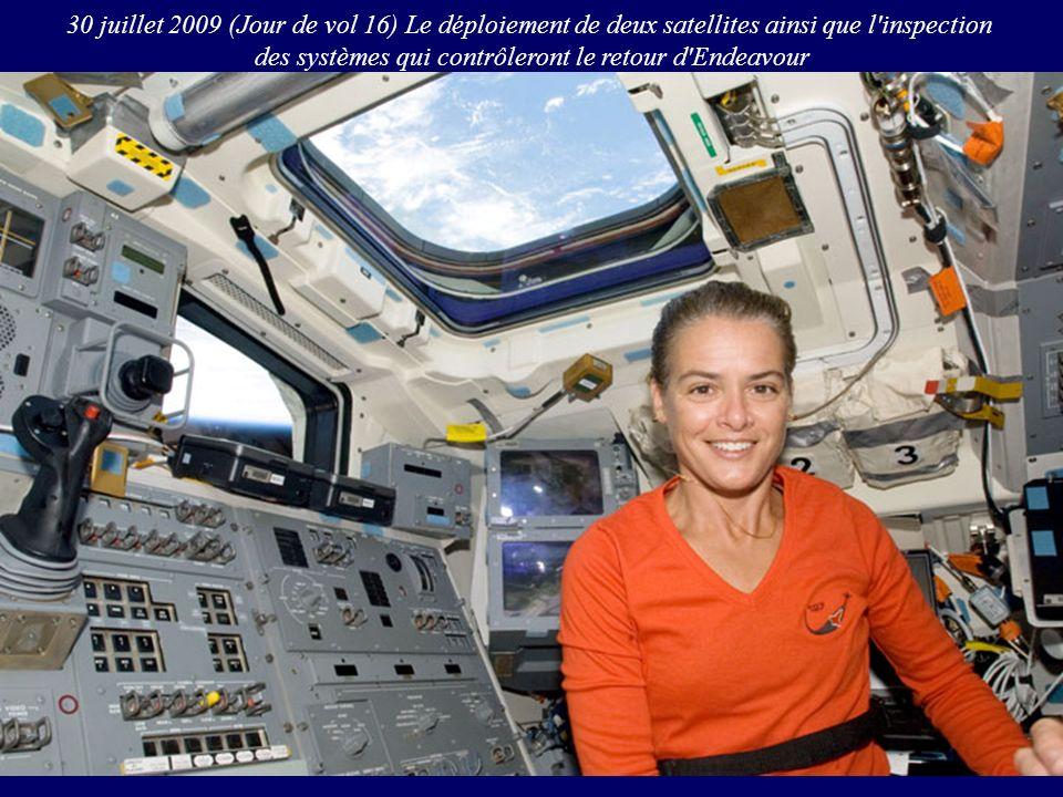 30 juillet 2009 (Jour de vol 16) Le déploiement de deux satellites ainsi que l'inspection des systèmes qui contrôleront le retour d'Endeavour
