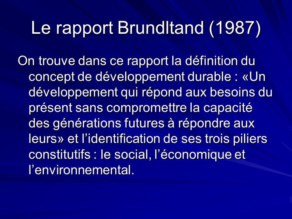 Le rapport Brundltand (1987) On trouve dans ce rapport la définition du concept de développement durable : «Un développement qui répond aux besoins du présent sans compromettre la capacité des générations futures à répondre aux leurs» et lidentification de ses trois piliers constitutifs : le social, léconomique et lenvironnemental.