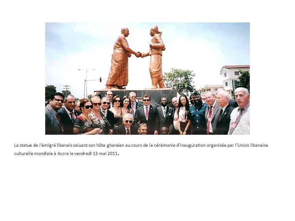 La statue de lémigré libanais saluant son hôte ghanéen au cours de la cérémonie dinauguration organisée par lUnion libanaise culturelle mondiale à Accra le vendredi 13 mai 2011.