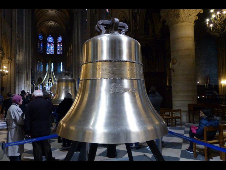 La cloche « Étienne » 1494 kg - 126,7 cm de diamètre. En souvenir de lantique église- cathédrale de Paris qui a précédé lactuelle cathédrale Notre-Dam