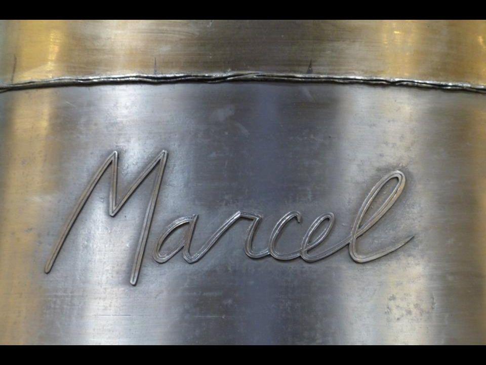 La cloche « Marcel » : 1925 kg - 139,3 cm de diamètre. En mémoire de Saint Marcel, 9 e évêque de Paris au V e siècle, qui fut particulièrement vénéré