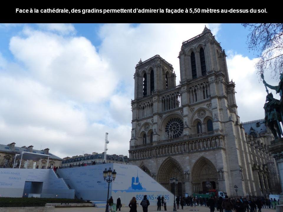 Face à la cathédrale, des gradins permettent dadmirer la façade à 5,50 mètres au-dessus du sol.