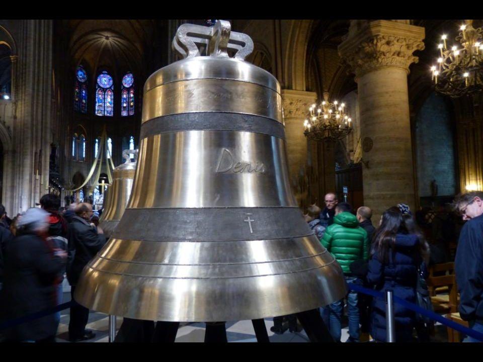La cloche « Denis » 2502 kg - 153,6 cm de diamètre. En mémoire de Saint Denis, premier évêque de Paris.