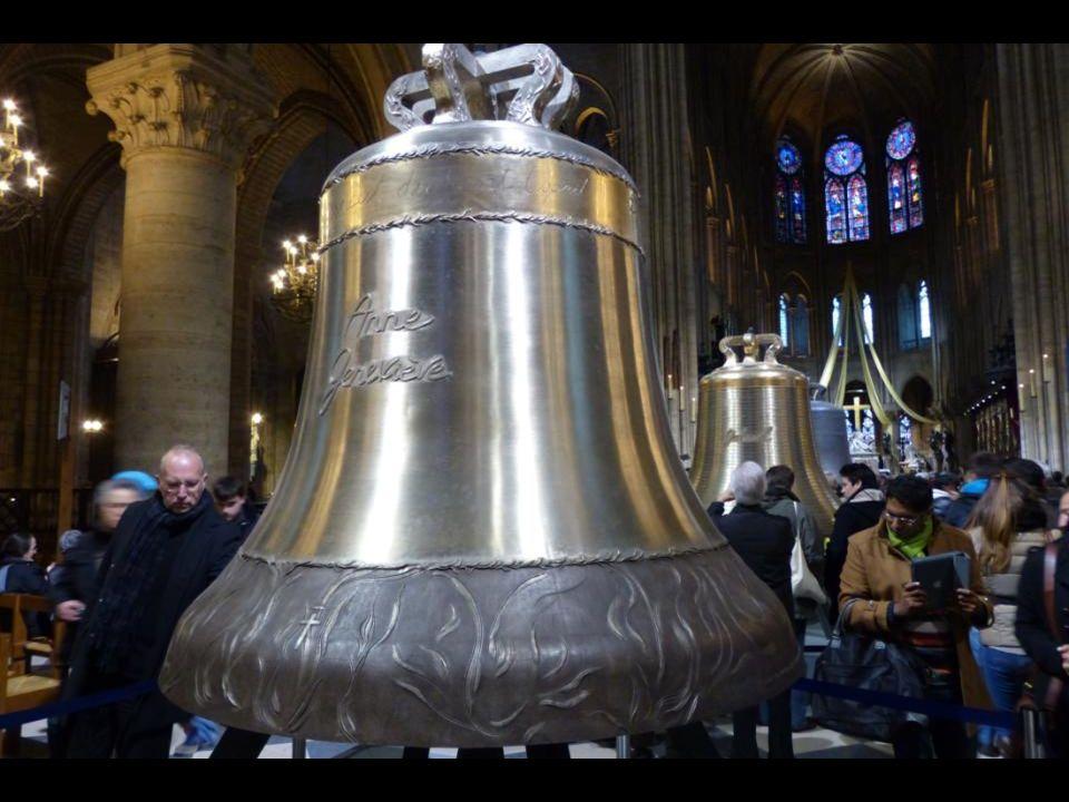 La cloche « Anne Geneviève » 3477 kg - 172,5 cm de diamètre. En mémoire de Sainte Anne, la mère de la Vierge Marie.