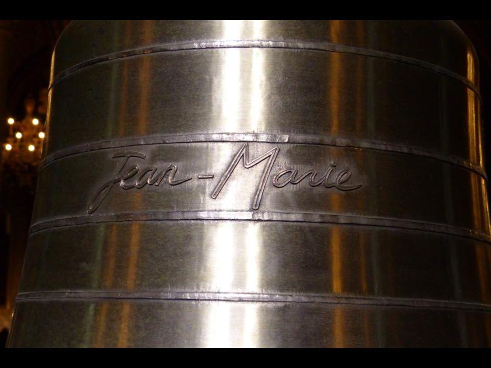 La cloche « Jean-Marie » 782 kg - 99,7 cm de diamètre. En hommage au cardinal Jean-Marie LUSTIGER, 139 e évêque de Paris de 1981 à 2005. La cloche « J