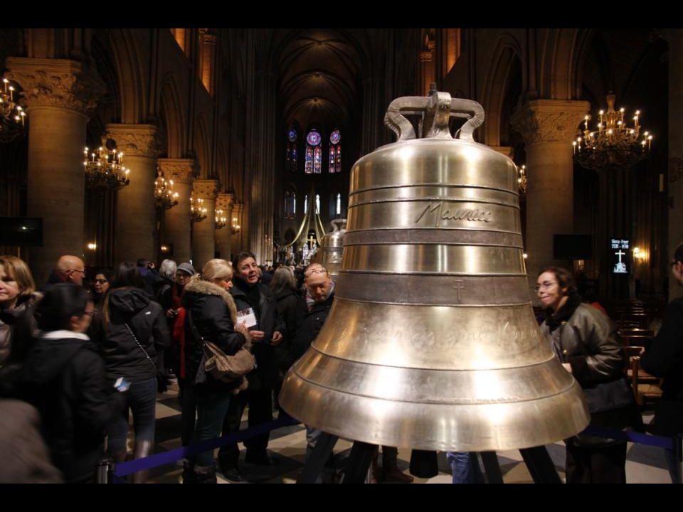 La cloche « Maurice » 1011 kg - 109,7 cm de diamètre. En mémoire de Maurice de SULLY, 72 e évêque de Paris, qui posa la première pierre de cette cathé