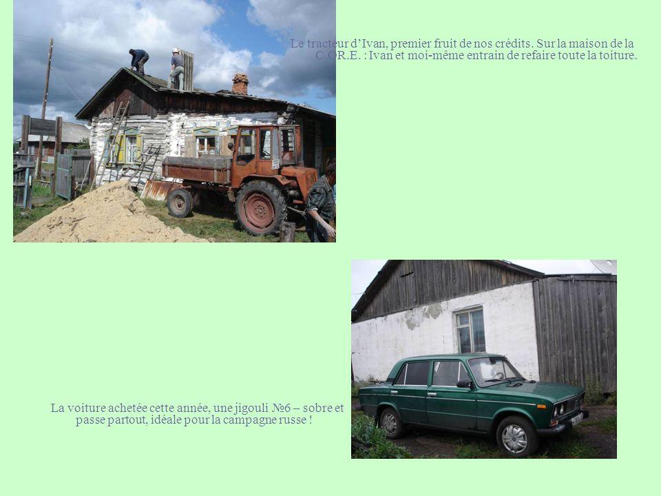Le tracteur dIvan, premier fruit de nos crédits. Sur la maison de la C.OR.E. : Ivan et moi-même entrain de refaire toute la toiture. La voiture acheté