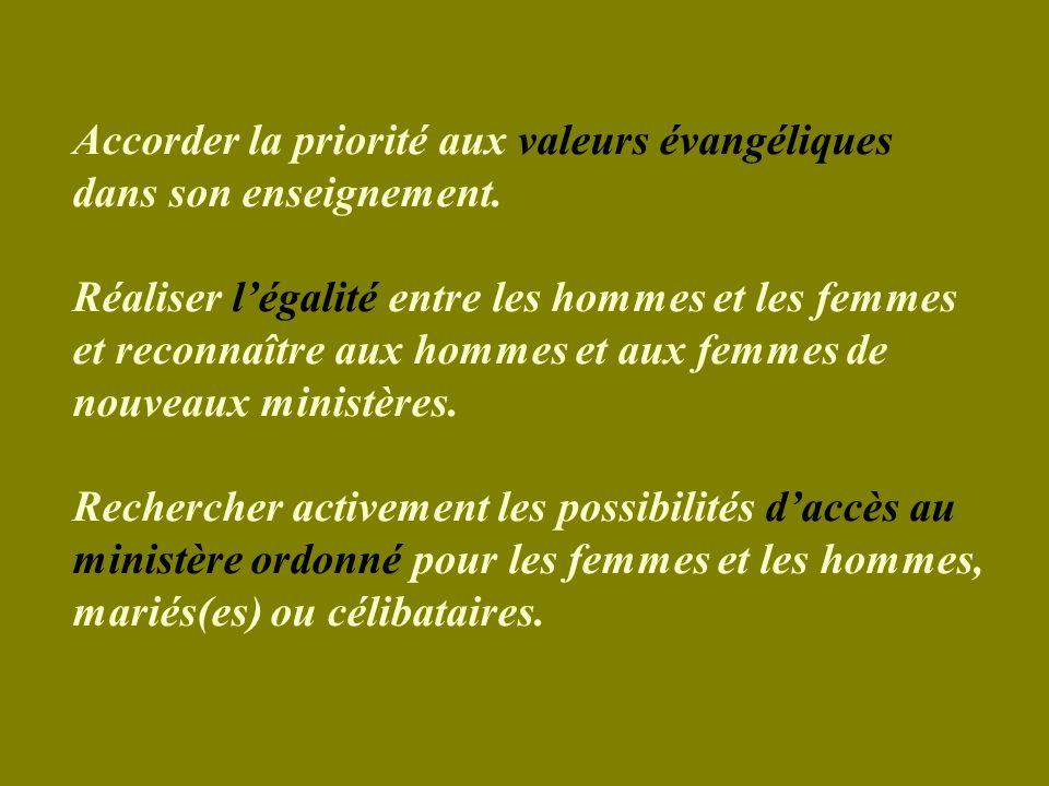 Accorder la priorité aux valeurs évangéliques dans son enseignement.