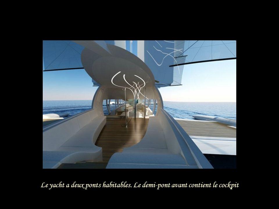 Le yacht a deux ponts habitables. Le demi-pont avant contient le cockpit