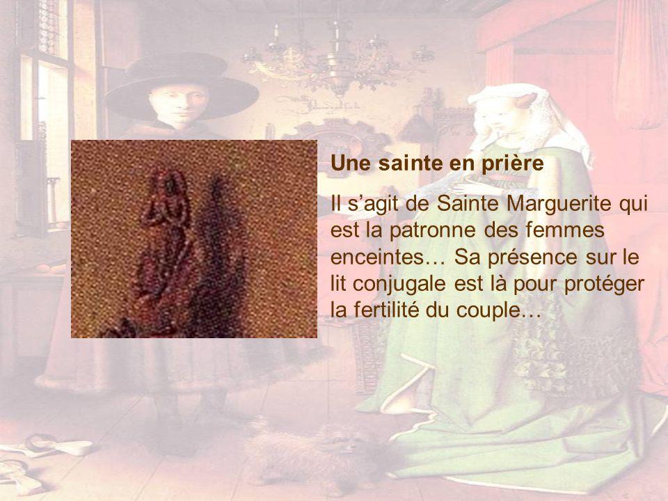 Une sainte en prière Il sagit de Sainte Marguerite qui est la patronne des femmes enceintes… Sa présence sur le lit conjugale est là pour protéger la