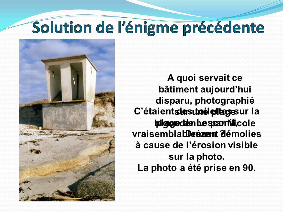 A quoi servait ce bâtiment aujourdhui disparu, photographié sur une plage bigoudenne par Nicole Drézen ? Cétaient des toilettes sur la plage de Lescon