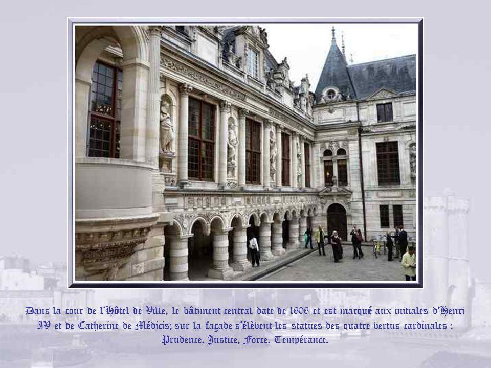Les armoiries de la ville. LHôtel de Ville. Une tourelle armoriée et une porte dentrée de style gothique flamboyant frappée des armoiries de la ville