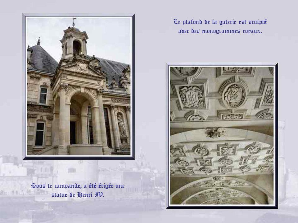 Dans la cour de lHôtel de Ville, le bâtiment central date de 1606 et est marqué aux initiales dHenri IV et de Catherine de Médicis; sur la façade sélè