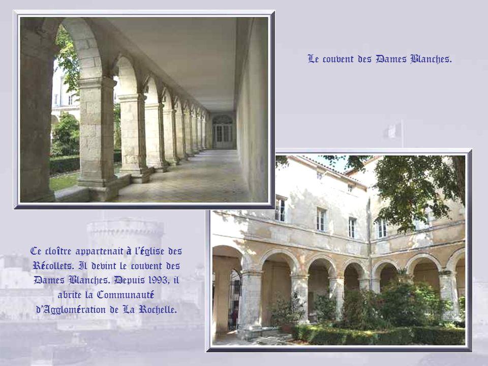 Le temple protestant. A partir de 1563, les Réformés furent autorisés à se réunir dans la salle Saint- Michel qui se trouvait sur ce lieu. Après la Ré