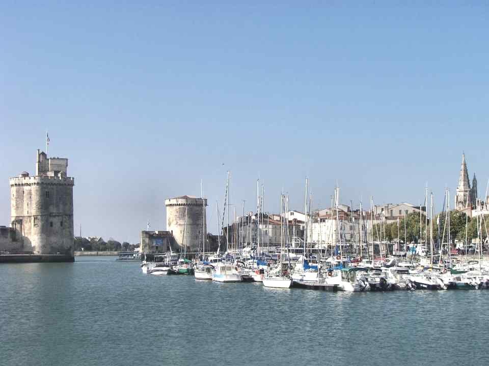 XVIe siècle, la Réforme LIndépendance de La Rochelle va naturellement accueillir les idées nouvelles de la Réforme. En 1558, une communauté protestant