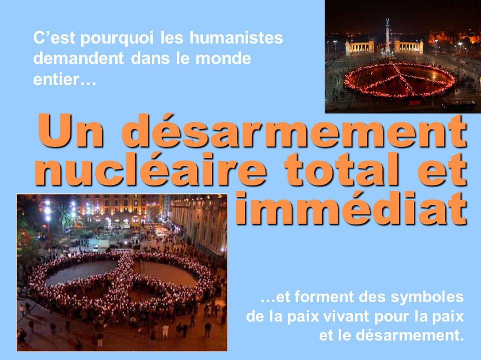 Cest pourquoi les humanistes demandent dans le monde entier… Un désarmement nucléaire total et immédiat …et forment des symboles de la paix vivant pou