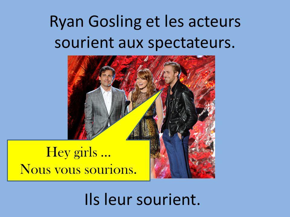 Ryan Gosling et les acteurs sourient aux spectateurs.