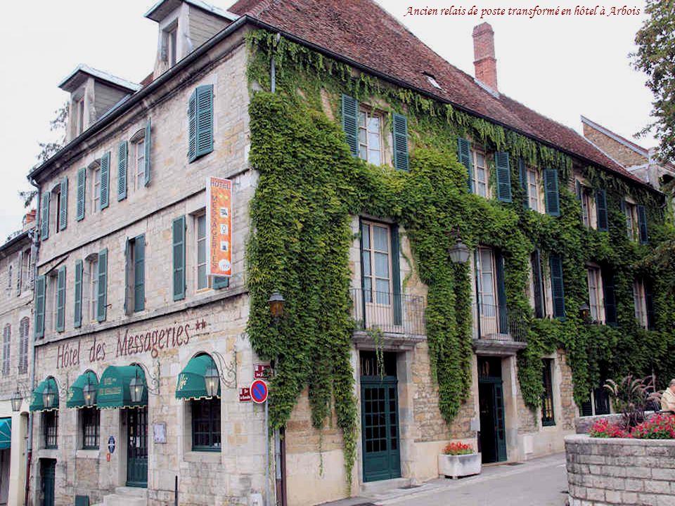 Ancien relais de poste transformé en hôtel à Arbois