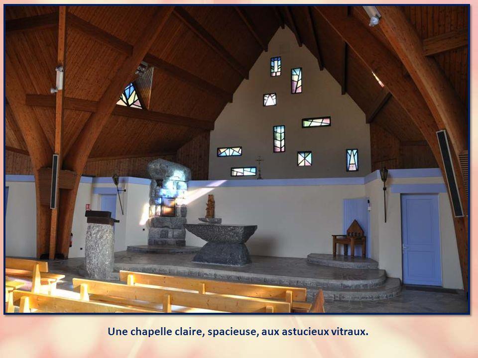 Sur le bord de la route, cette charmante chapelle accueille les visiteurs. Une chapelle ouver- te, c'est si rare !