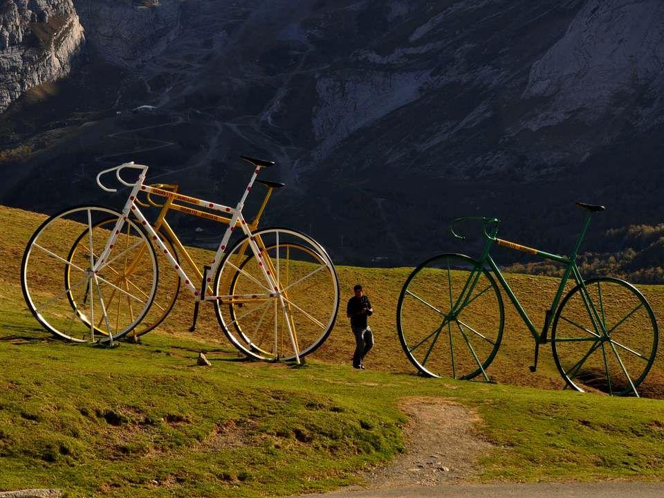 Le Tour de France est une compétition cycliste par étapes créée en 1903 par Henri Desgrange et le journal L'Auto. Il se déroule chaque année en France