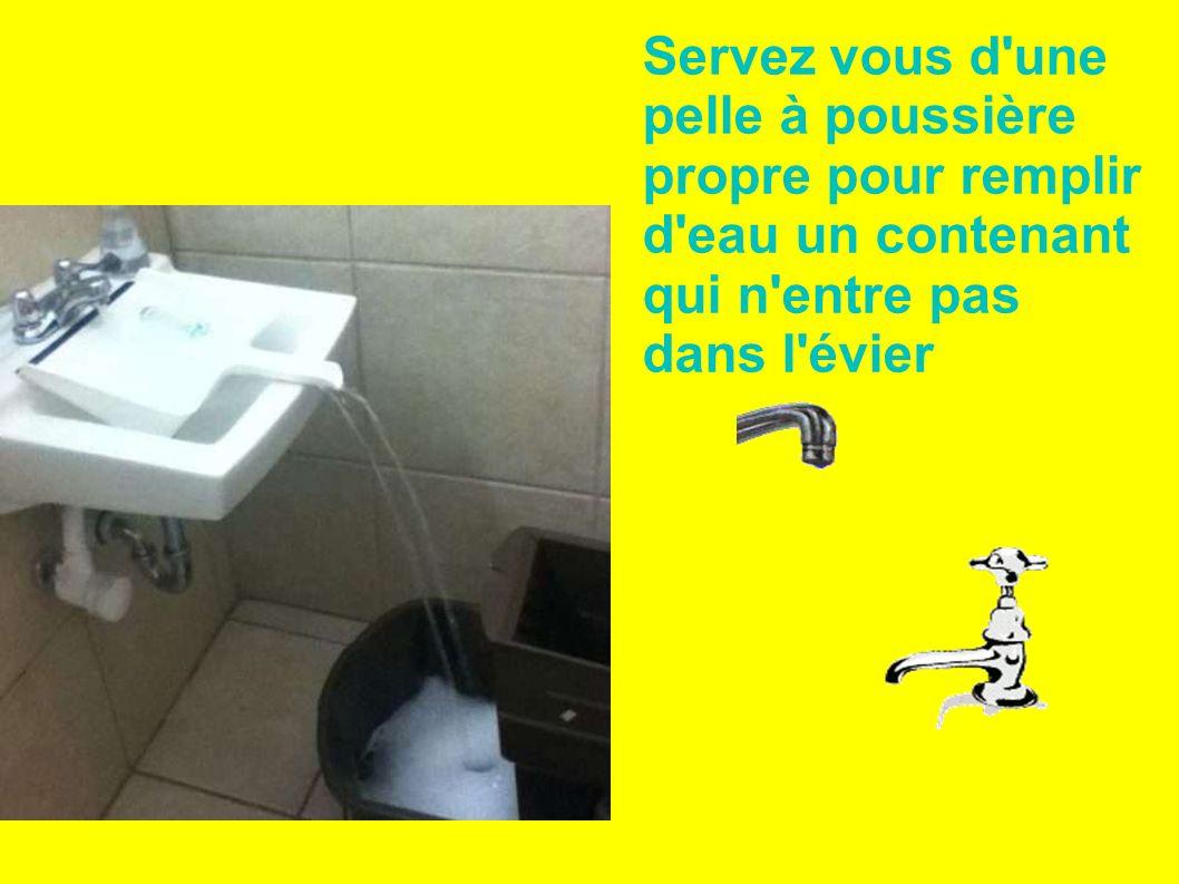 Servez vous d'une pelle à poussière propre pour remplir d'eau un contenant qui n'entre pas dans l'évier
