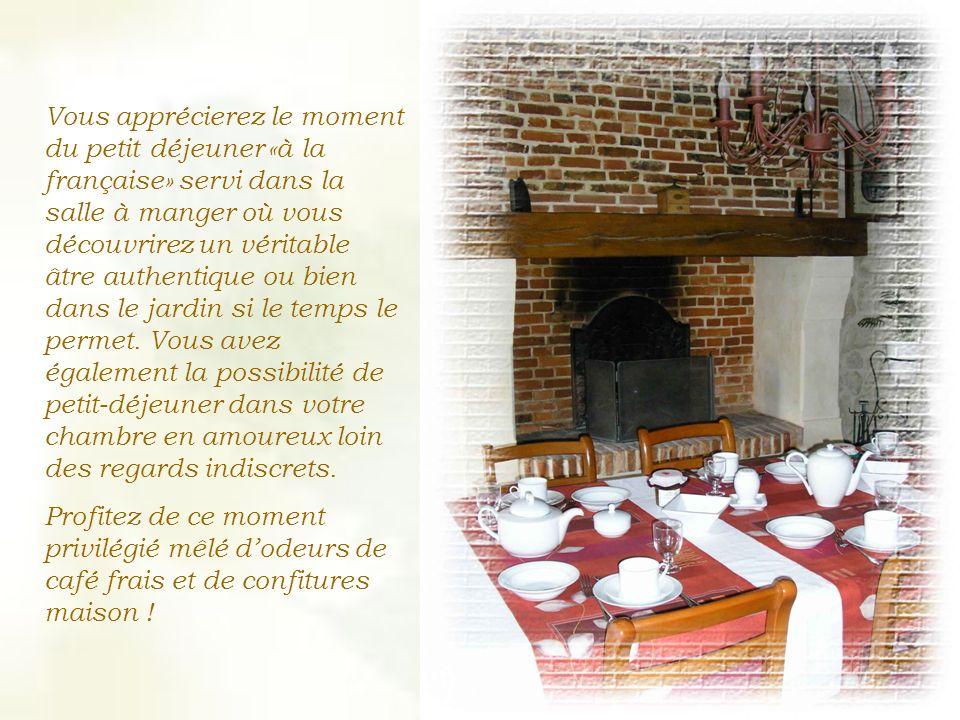 Vous apprécierez le moment du petit déjeuner «à la française» servi dans la salle à manger où vous découvrirez un véritable âtre authentique ou bien dans le jardin si le temps le permet.