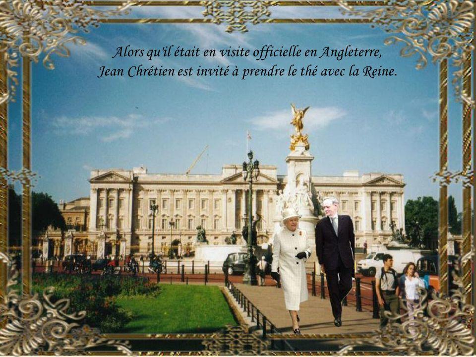 Alors qu il était en visite officielle en Angleterre, Jean Chrétien est invité à prendre le thé avec la Reine.
