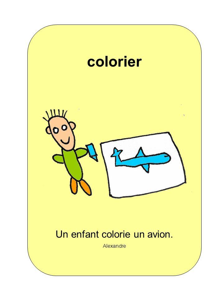 Un enfant colorie un avion. Alexandre colorier