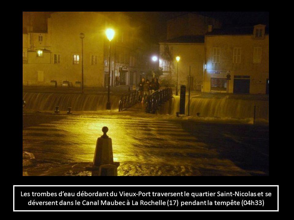 Les trombes deau débordant du Vieux-Port traversent le quartier Saint-Nicolas et se déversent dans le Canal Maubec à La Rochelle (17) pendant la tempê