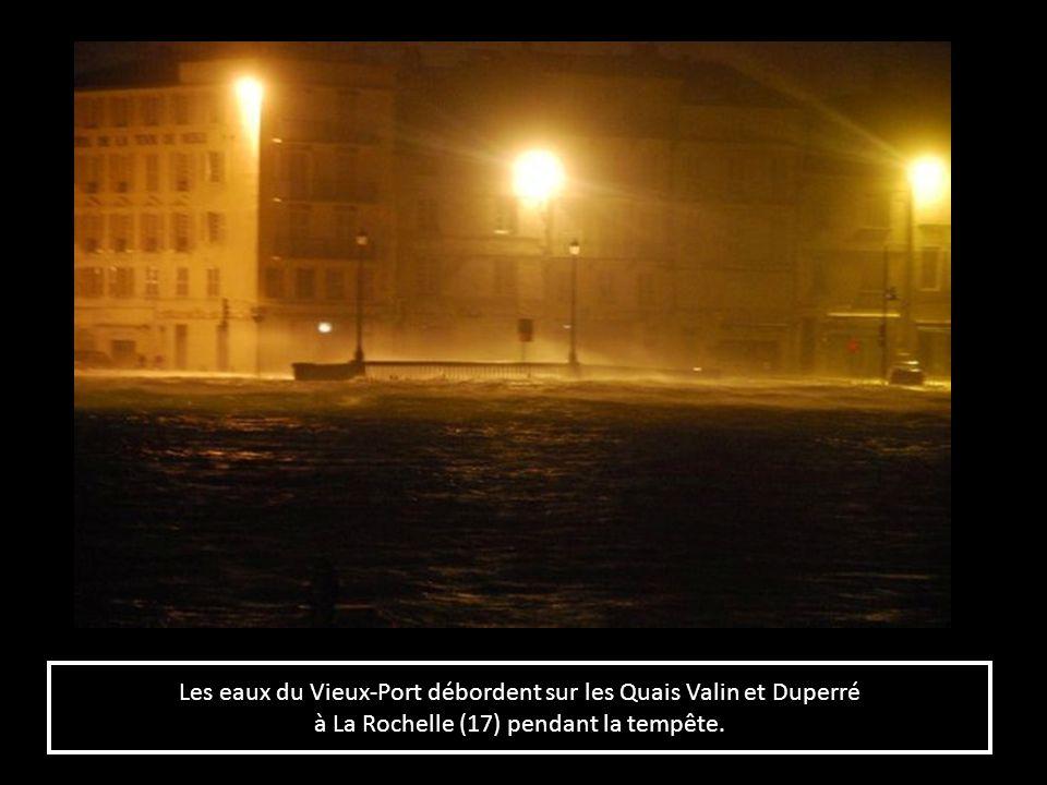 Les eaux du Vieux-Port débordent sur les Quais Valin et Duperré à La Rochelle (17) pendant la tempête. Les eaux du Vieux-Port débordent sur les Quais