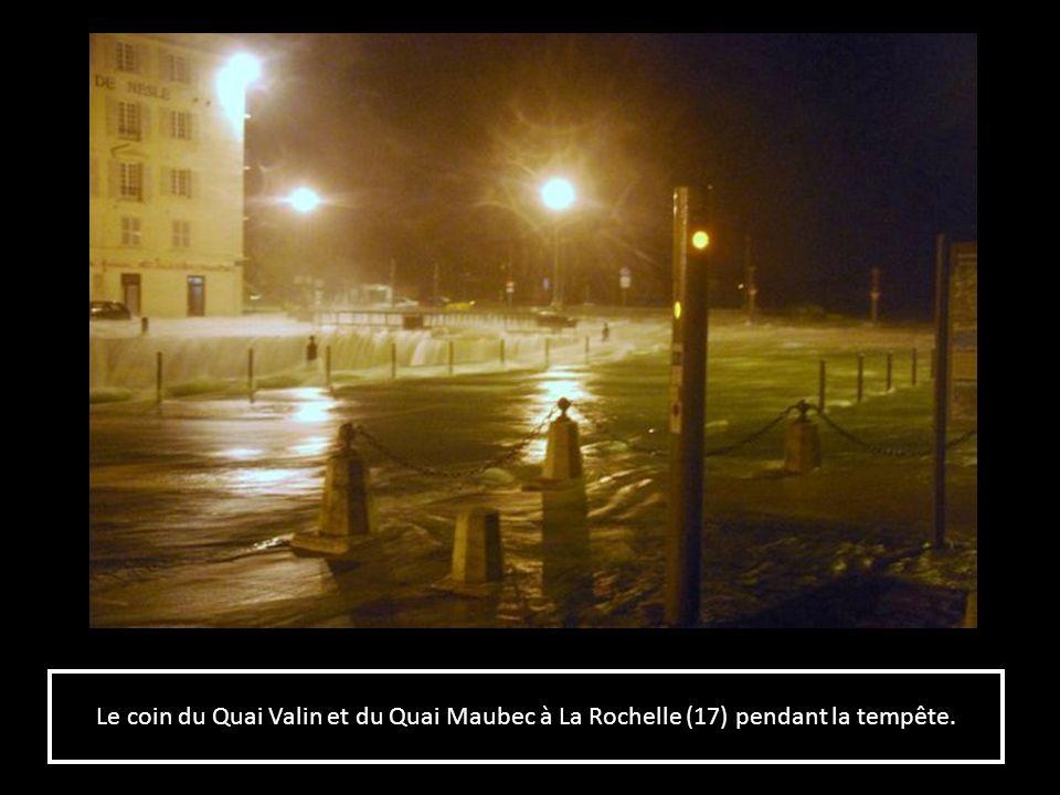 Le coin du Quai Valin et du Quai Maubec à La Rochelle (17) pendant la tempête.