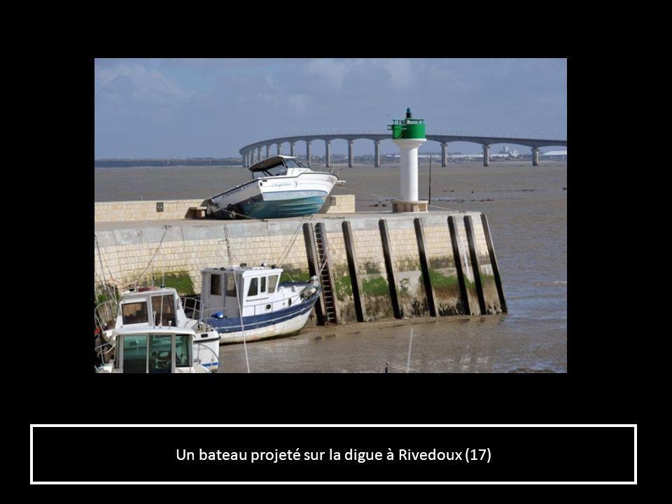 Un bateau projeté sur la digue à Rivedoux (17)