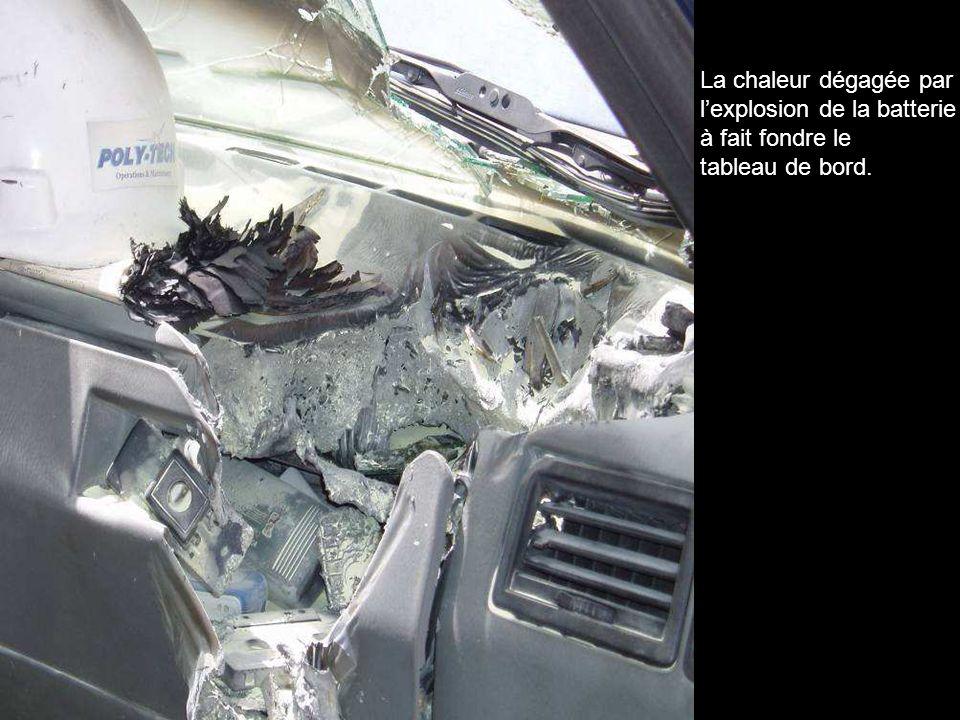 La chaleur dégagée par lexplosion de la batterie à fait fondre le tableau de bord.