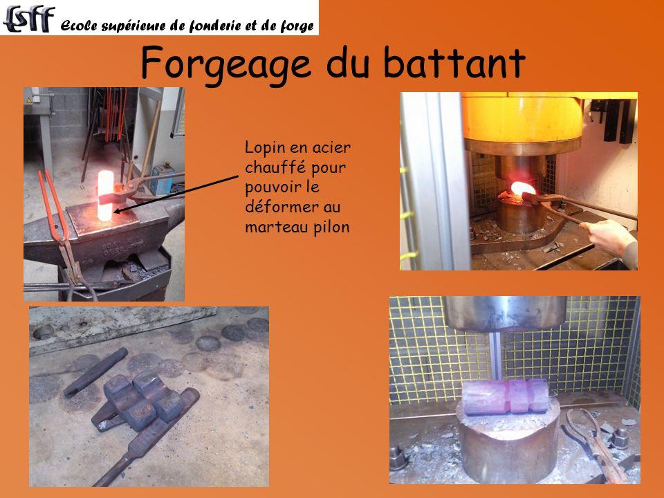 Forgeage du battant Lopin en acier chauffé pour pouvoir le déformer au marteau pilon